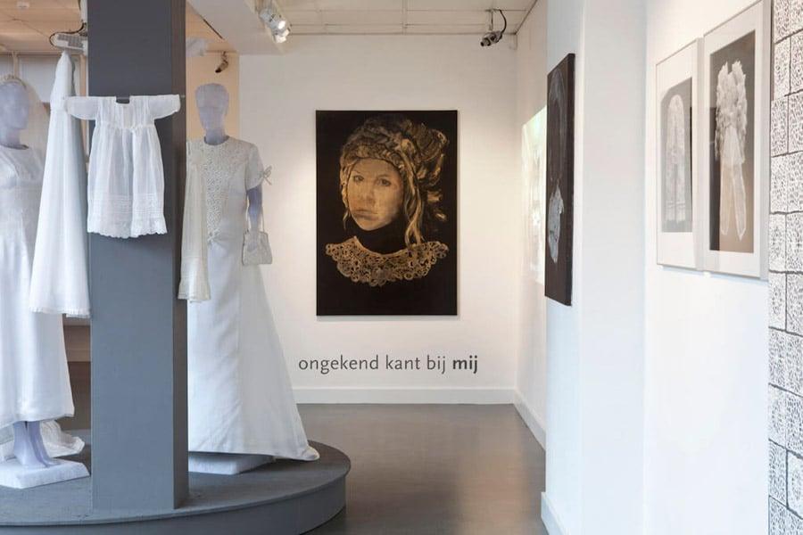 Zaaloverzicht met trouw- en doopjurken uit particuliere collecties in IJsselstein, Annemiek Vera, Cas Oorthuys en Isabel Ferrand. Foto René Gonkel